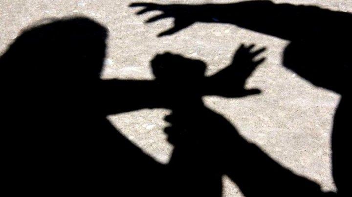 SCENĂ ŞOCANTĂ: O femeie însărcinată a fost bătută de doi bărbați în faţa unui lăcaş sfânt