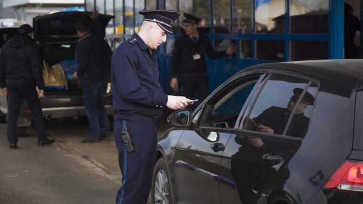 Au pornit la drum având acte false pentru vehicule. Ce le-a spus şoferii poliţiştilor de frontieră