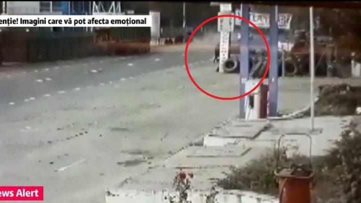 IMAGINI ŞOCANTE. Momentul în care atacatorul din Brăila loveşte în plin doi oameni pe centura oraşului (VIDEO)
