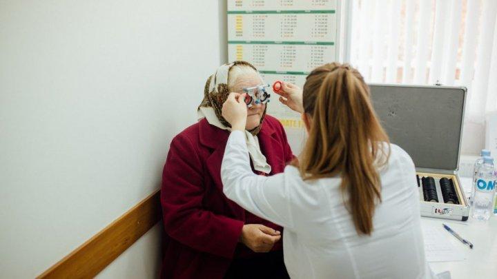 Caravana Vederii: 300 de pensionari din comuna Șișcani, examinaţi de oculist. Unii au primit şi ochelari