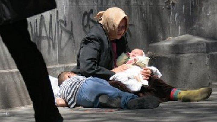A venit la cerșit în centrul Chișinăului cu un copil de 7 luni. O mamă nu a putut demonstra că este fiul ei