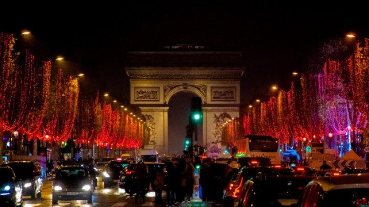 Feerie de iarnă la Paris. Luminile de Crăciun au fost aprinse pe bulevardul Champs Elysees (VIDEO/FOTO)