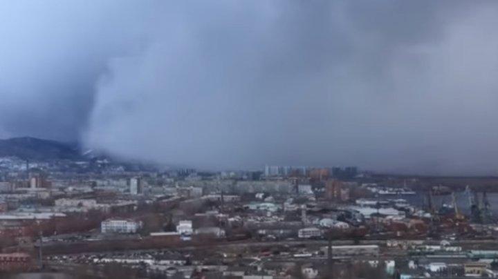 Momentul în care un tsunami de zăpadă aduce iarna într-un oraș din Siberia (VIDEO)
