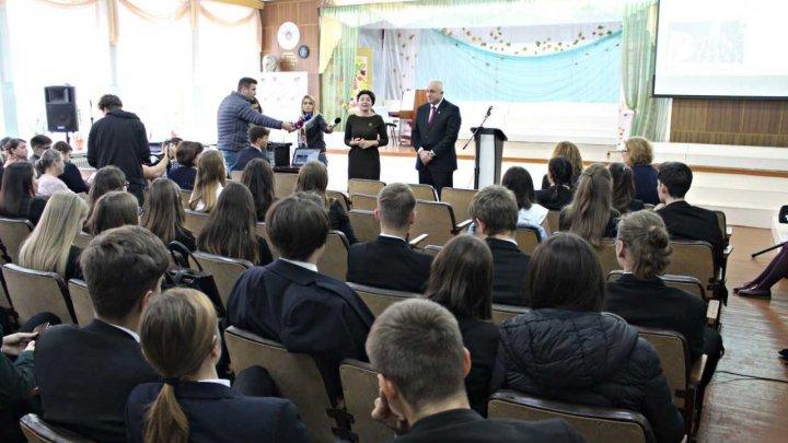 Silvia Radu a îndemnat tinerii să apeleze la serviciile oferite de Centrele Prietenoase Tinerilor