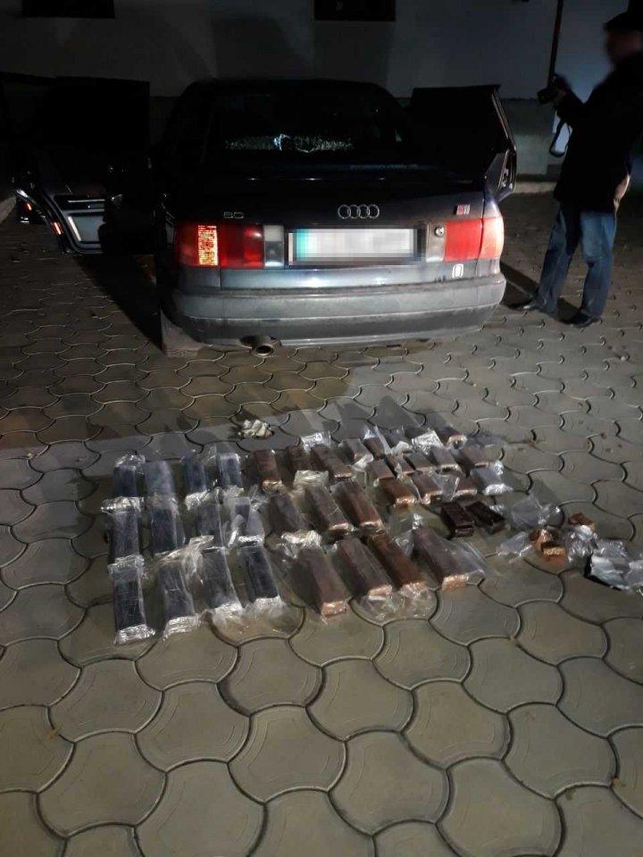 Afacere dată peste cap. Doi bărbaţi, CONDAMNAŢI la 10 ani de închisoare pentru contrabandă cu stupefiante (FOTO)