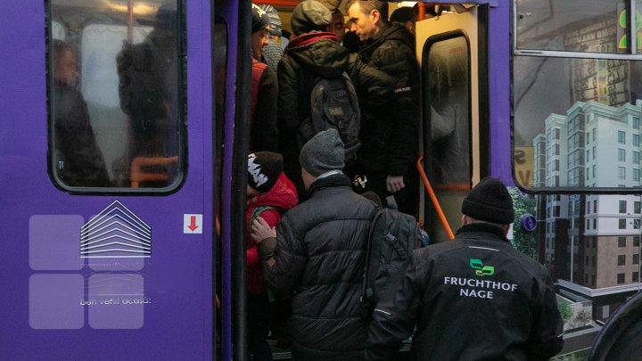 Cum se circulă în Capitală în transportul public: Lipiţi de geamuri şi înghesuiţi pe parbrize