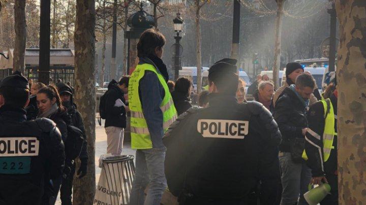 Doi membri ai protestelor din Franța, condamnaţi la închisoare pentru incendierea unei prefecturi