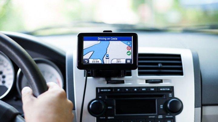 Bănuia că soțul o înșală, așa că i-a pus GPS pe mașină. Nu i-a venit să creadă CINE ERA AMANTA. Îndrăgostiţii au rămas GOI PUŞCĂ în stradă