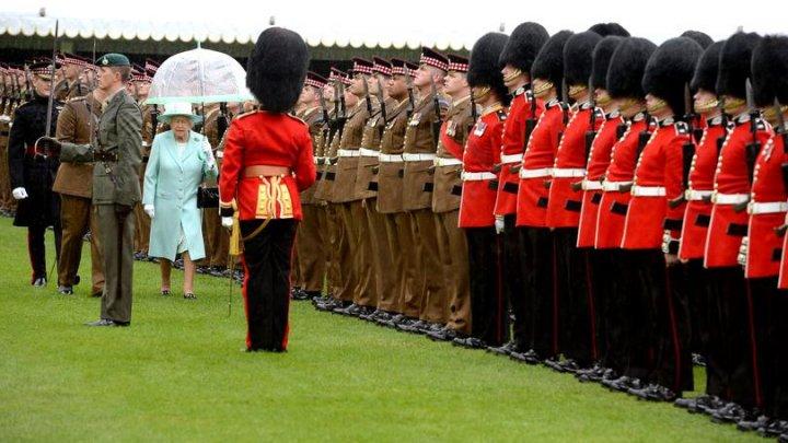 BĂTAIE în apropierea Castelului Windsor. Mai mulți soldați din Garda Reginei Marii Britanii au fost arestați