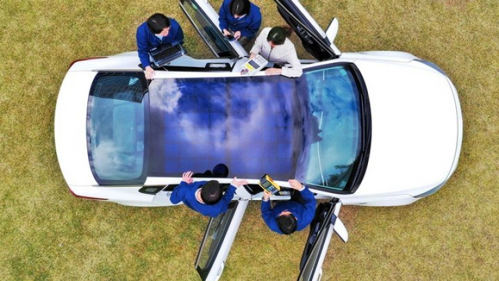 Hyundai vrea să integreze panouri solare pe acoperişul maşinilor hibride şi electrice