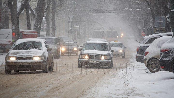 NINSOARE CA-N POVEŞTI! Locuitorii Capitalei se bucură de primii fulgi. Meterologii anunţă zăpadă şi lapoviţă pentru zilele următoare