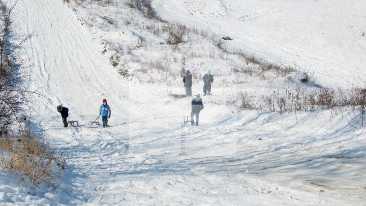 Ce să faci ca să nu îţi uzi încălţămintea iarna? Trucuri utile la îndemâna tuturor (VIDEO)