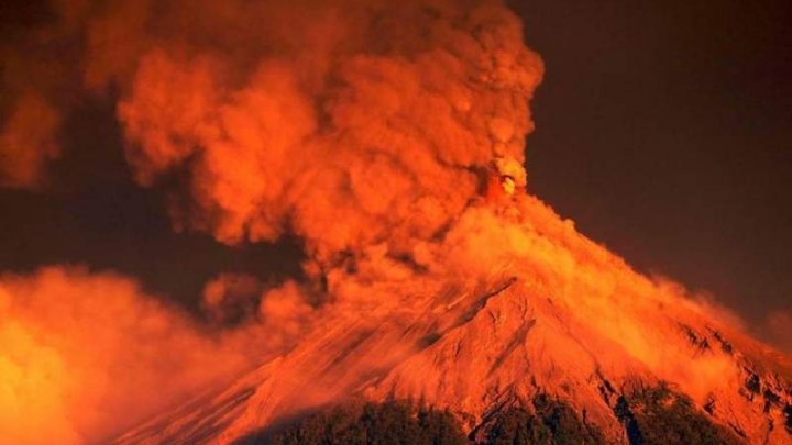 Aproape 4.000 de persoane, evacuate după o erupție puternică a Vulcanului de Foc din Guatemala (VIDEO)