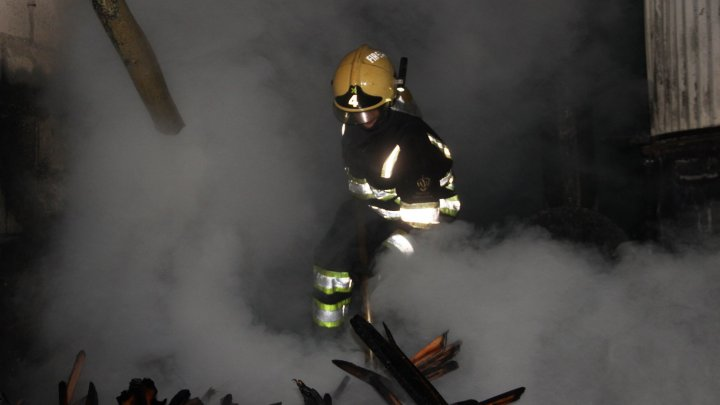LA UN PAS DE EXPLOZIE! Un depozit din Bubuieci a fost cuprins de flăcări (VIDEO)