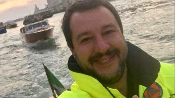 """""""E o tragedie, nu o excursie"""": Un ministru italian, CRITICAT DUR după ce a postat un selfie cu zâmbetul până la urechi de la zonele afectate de inundaţii"""