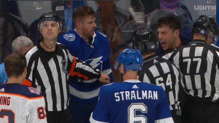 Bătaie într-un meci din NHL! Milan Lucic l-a lovit cu pumnul în cap pe Mathieu Joseph