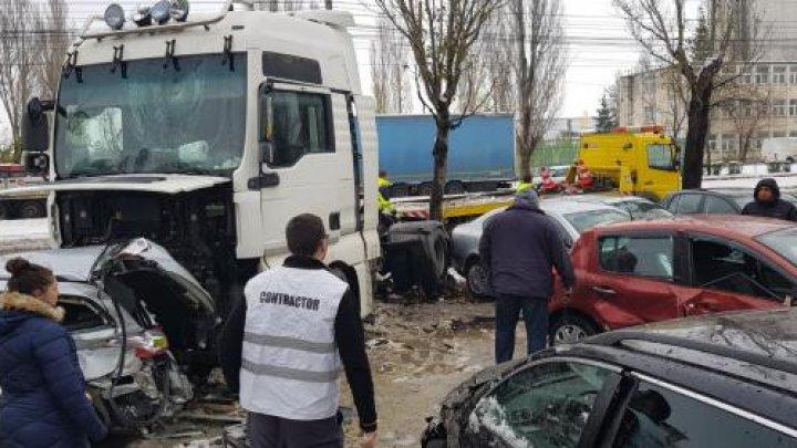 ACCIDENT DE GROAZĂ în apropiere de Moldova. Un şofer băut a intrat cu TIR-ul în nouă maşini parcate şi le-a făcut praf