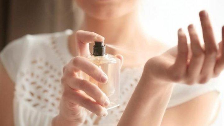 Tu faci asta? 6 trucuri ca parfumul tău să reziste pe tot parcursul zilei