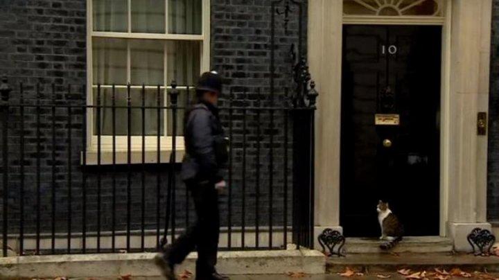 Gestul unui polițist care păzește reședința premierului britanic, VIRAL PE INTERNET. Momentul, surprins în direct la TV (VIDEO)