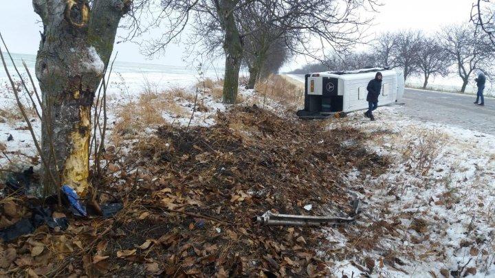 ACCIDENT GRAV pe şoseaua Leova-Hânceşti. Un microbuz plin cu pasageri, RĂSTURNAT pe şosea. SUNT VICTIME