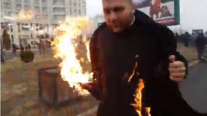 GEST ORIBIL: Un preot şi-a dat foc în apropierea Catedralei Mântuirii Neamului (IMAGINI CU PUTERNIC IMPACT EMOŢIONAL)
