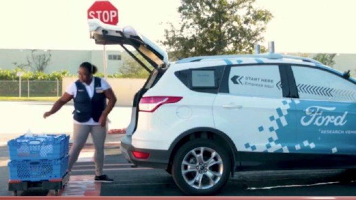 Ford şi Walmart au găsit soluţia perfectă: Maşinile autonome vor transporta şi livra produsele chiar la uşa clientului (VIDEO)