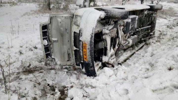 Ravagii în urma ninsorilor: 17 localităţi fără lumină, accidente rutiere, maşini şi ambulanţe blocate pe şosea