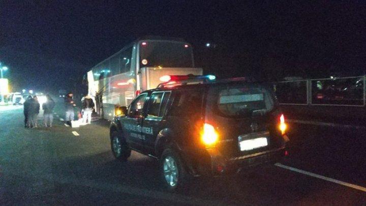 Trei şoferi moldoveni, cercetaţi de Poliţia de frontieră pentru transportarea unor piese auto uzate
