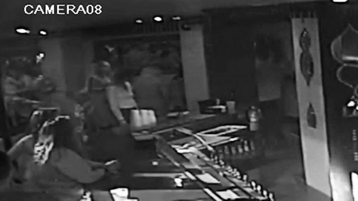 VIDEO ŞOCANT. Momentul în care o femeie a sugrumat, printr-o manevră de autoapărare, un bodyguard dintr-un club