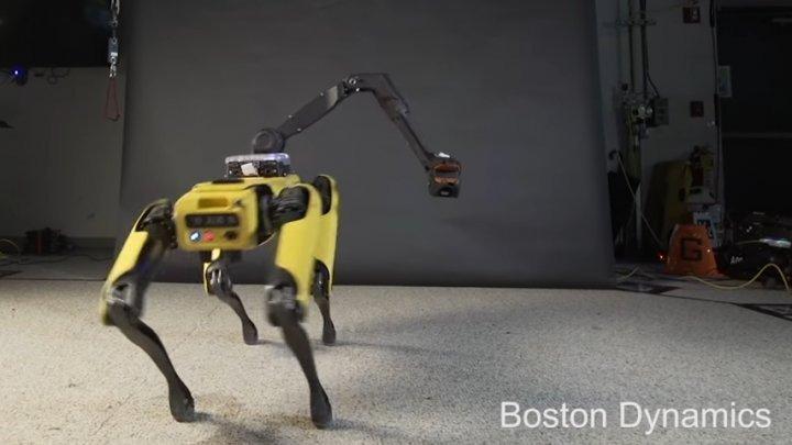 Vă mai amintiți de roboții Spot Mini de la Boston Dynamics? Au primit o îmbunătățire (VIDEO)