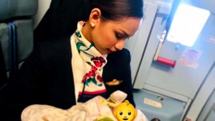 GESTUL unei stewardese când a auzit un copil plângând în avion. Mama micuţului a fost recunoscătoare