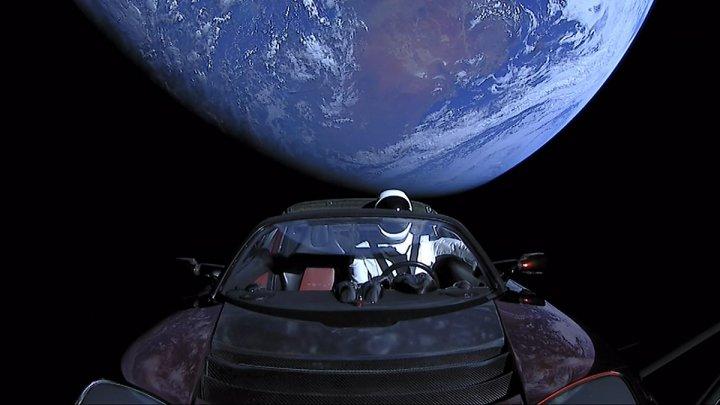 Unde a ajuns Tesla Roadster, mașina lansată în spațiu de compania SpaceX a lui Elon Musk