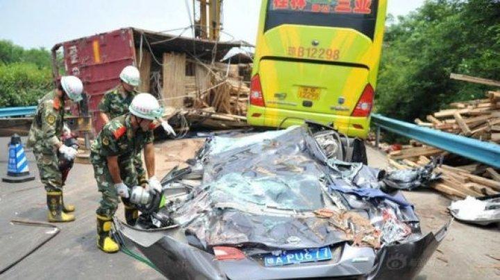 N-AU PUTUT FRÂNA LA TIMP! Nouă oameni au murit după ce 28 de camioane s-au ciocnit violent în China (Imagini care vă pot afecta EMOȚIONAL)
