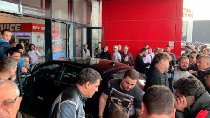 Incident ŞOCANT în Brăila. Un tânăr a înjunghiat un bărbat, apoi a intrat cu maşina într-un mall rănind 5 persoane (VIDEO)