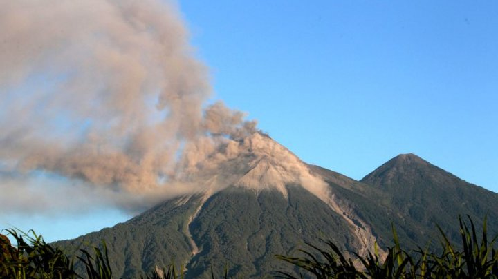 EXPLOZII ÎN LANŢ în Guatemala. Cenuşa vulcanului, ARUNCATĂ la 4.700 de metri înălţime