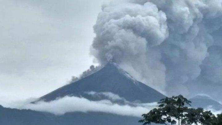 Vulcanul Fuego din Guatemala emană din crater un flux de lavă lung de 1.200 de metri