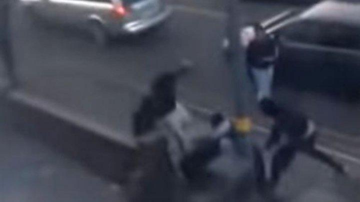 MOMENTUL în care un bărbat este atacat cu macete de o bandă de infractori, în plină stradă (VIDEO ŞOCANT)