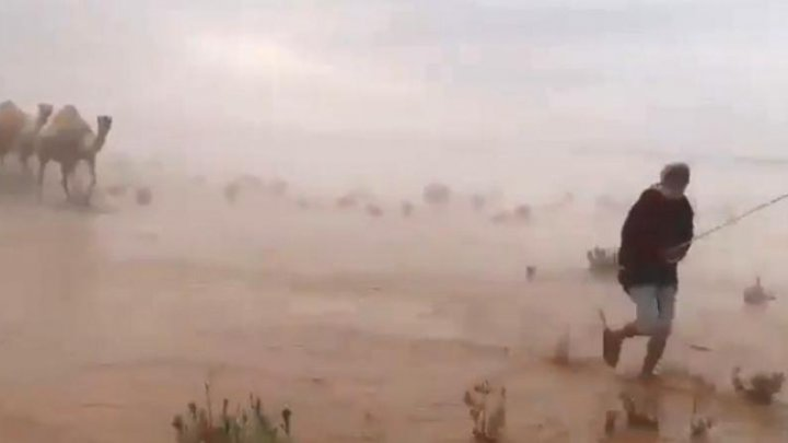 Momente desprinse parcă din FILMELE APOCALIPTICE. Imagini șocante cu deșertul acoperit de ape (VIDEO)