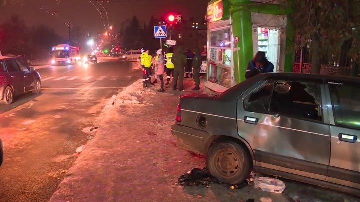 ACCIDENT TERIBIL în Capitală. Un tânăr, lovit violent de o maşină în timp ce aştepta transportul public în staţie