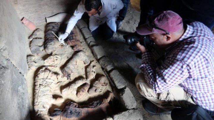 Șapte morminte din timpul faraonilor, descoperite în apropiere de Cairo. Surpriza care îi aştepta pe arheologi