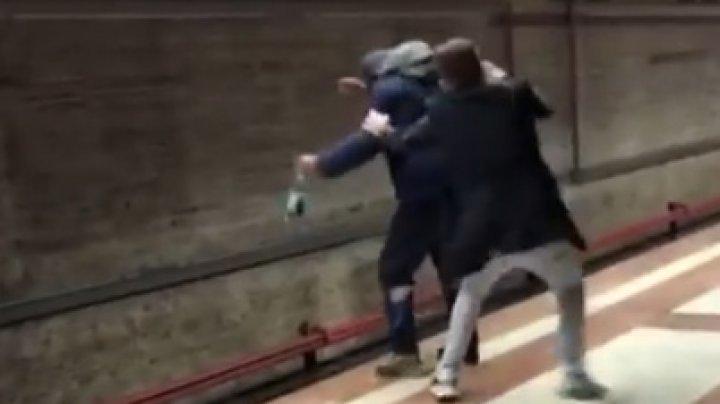 IMAGINI TERIFIANTE. Un student a blocat în ultimul moment un bărbat ce voia să se arunce în faţa unui metrou (VIDEO)