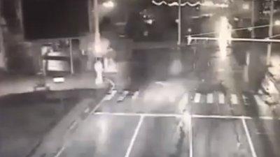 ACCIDENT ZGUDUITOR în Capitală! O maşină a derapat puternic şi s-a răsturnat într-o intersecţie din Chişinău (VIDEO)