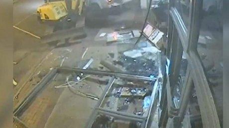 Jaf cu excavatorul! Momentul în care hoţii fac praf intrarea într-o bancă și fug cu banii din bancomate (VIDEO)