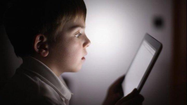 STUDIU: Creierul copiilor care petrec mult timp pe dispozitive mobile, modificat