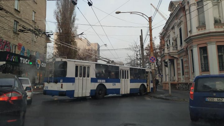 Haos în centrul Capitalei. Un troleibuz de linie plin ochi cu pasageri a ajuns într-un stâlp (FOTO)