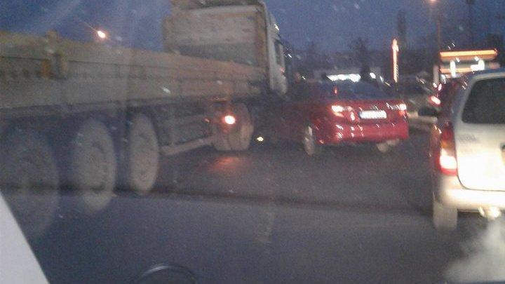 Accident violent în Capitală. O maşină a intrat sub roţile unui camion (FOTO)