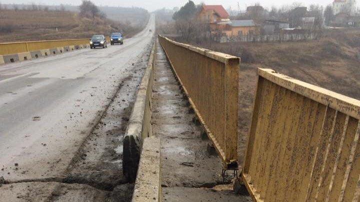 Locuitorii din comuna Budeşti trăiesc cu frica în sân. Podul din localitate este avariat și plin de fisuri (FOTO)
