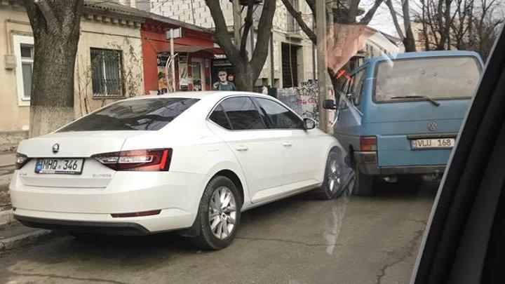 ŞICANARE ÎN TRAFIC, în Chişinău. O Skoda a lovit în spate un Volkswagen (FOTO)