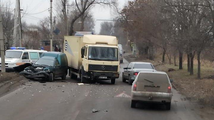 """N-au putut împărţi drumul. Doi şoferi şi-au făcut """"cadouri scumpe"""" în ajun de Crăciun (FOTO)"""