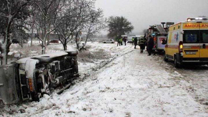 ACCIDENT GRAV în apropiere de Floreşti. Un microbuz PLIN CU PASAGERI s-a răsturnat în şant (FOTO)